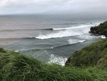 Surfare på den Honolua fjärden Arkivfoto