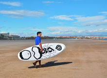Surfare på den Malvarossa stranden, Valencia, Spanien Arkivbilder
