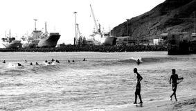 Surfare på den Mindelo stranden Royaltyfri Fotografi