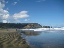 Surfare på den Piha stranden Arkivfoton