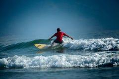 Surfare på det korta brädet Arkivbild