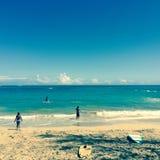 Surfare på en strand i Maui Arkivfoto