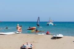 Surfare på kusten av den Rhodes ön i det Prasonisi området, Grekland Arkivbilder