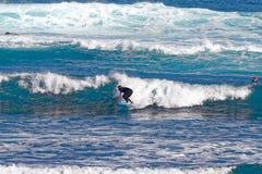 Surfare på Playa Martianez, Puerto_de La Cruz, Tenerife, Spanien Arkivfoton