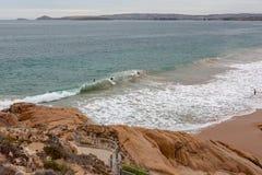 4 surfare på riddarestranden som lokaliseras på port Elliot på fleurieuhalvösöderna Australien på 3rd april 2019 royaltyfri foto