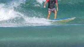 Surfare på vågen Surfaren lämnar röret Vågor på ön som tas från vattnet Surfaren fångar vågen royaltyfri foto
