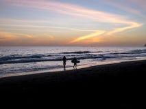 Surfare promenerar stranden Royaltyfri Foto