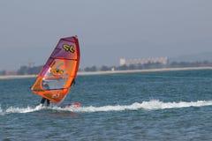 Surfare Sam Esteve på världsvind i Leucate, Frankrike Royaltyfri Bild