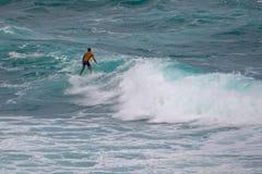 Surfare som fångar en våg på Ho 'okipaen Hawaii arkivbild