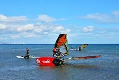Surfare som förbereder sig att rida Arkivfoto