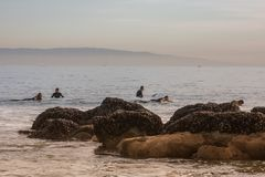 Surfare som förbereder sig att surfa vågorna i Kalifornien Royaltyfri Fotografi