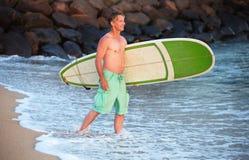 Surfare som går in i vatten Arkivfoton