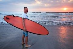 Surfare som går på kust i Bali Royaltyfri Bild