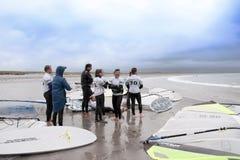 Surfare som har ett avbrott på stranden Arkivbilder