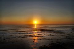 Surfare som in kommer på solnedgången royaltyfri foto