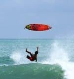 Surfare som ner faller från surfingbrädan Arkivbild