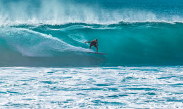 Surfare som rider den stora vågen royaltyfri fotografi