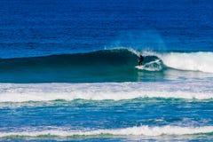 Surfare som rider stora vågor i den Bondi stranden i Sydney under Ausen Royaltyfria Foton