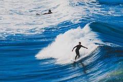 Surfare som rider stora vågor i den Bondi stranden i Sydney under Ausen Royaltyfri Foto