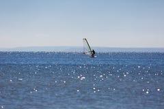 Surfare som simmar på havet Arkivbild