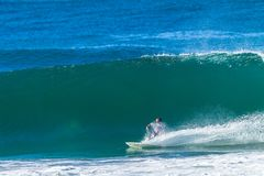 Surfare som surfar handling för vänd för vågbotten fotografering för bildbyråer