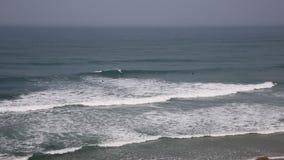 Surfare som surfar i norr Cornwall på Porthtowan den corniska kusten lager videofilmer