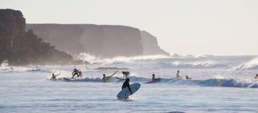 Surfare som surfar på El Cotillo, sätter på land, Fuerteventura, kanariefågelöar, Spanien Arkivbilder