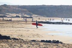 Surfare som surfar på El Cotillo, sätter på land, Fuerteventura, kanariefågelöar, Spanien Royaltyfria Bilder