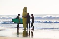 Surfare som surfar på El Cotillo, sätter på land, Fuerteventura, kanariefågelöar, Spanien Arkivbild