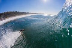 Surfare som surfar vänd för vågbotten arkivbild