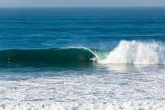 Surfare som surfar vågen fotografering för bildbyråer