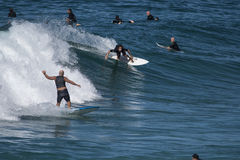 Surfare som tycker om vågorna Arkivbild