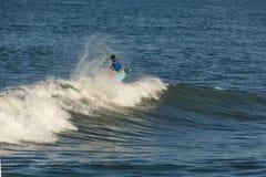 Surfare som utför en antenn 1 royaltyfri foto
