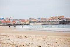 Surfare utbildar i vatten Arkivbilder