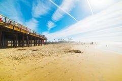 Surfare vid den Pismo strandpir Arkivbild