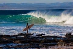 Surfarebrädet vaggar att tajma för Waves Royaltyfria Foton