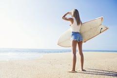 Surfareflicka arkivfoto