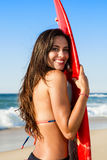 Surfareflicka med hennes surfingbräda Royaltyfria Foton