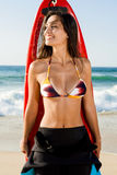 Surfareflicka med hennes surfingbräda Arkivfoton