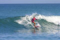 Surfareflicka på vågen Arkivbilder
