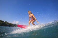 Surfareflicka på fantastisk blåttvåg Royaltyfria Bilder