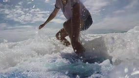Surfaren faller från surfingbrädan in i havet på en solig dag stock video