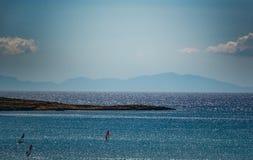 Surfaren på havet på bakgrunden av vaggar royaltyfria foton