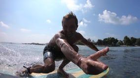 Surfaren rider den kristallklara havvågen