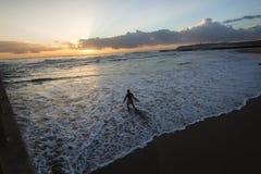 Surfaren skriver in havsoluppgång Royaltyfria Foton