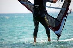 Surfaren står på hans bräde, och få klar att konkurrera, är Grekland Rhodes Island, Augusti 2014 arkivbilder