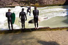 Surfaren surfar på Isaren i enormt Royaltyfria Bilder