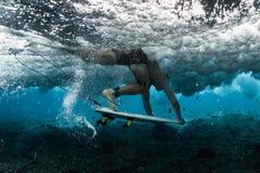 Surfaren utför dyk arkivfoton
