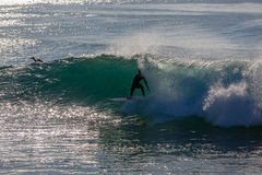 Surfaren vinkar fick- balanserar Royaltyfri Foto