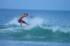 Surfarepojke som snider en våg i de yttre bankerna av NC Royaltyfria Bilder